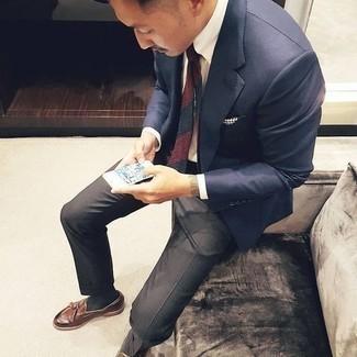 Come indossare e abbinare calzini grigio scuro: Potresti abbinare un blazer blu scuro con calzini grigio scuro per un'atmosfera casual-cool. Scegli uno stile classico per le calzature e indossa un paio di mocassini con nappine in pelle marroni.