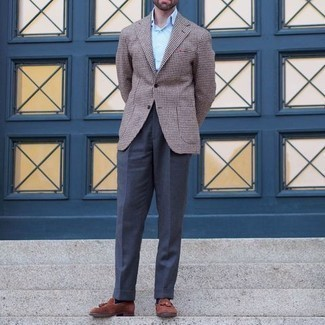 Come indossare e abbinare pantaloni eleganti blu scuro: Indossa un blazer con motivo pied de poule marrone con pantaloni eleganti blu scuro per un look elegante e di classe. Mocassini con nappine in pelle scamosciata terracotta sono una validissima scelta per completare il look.