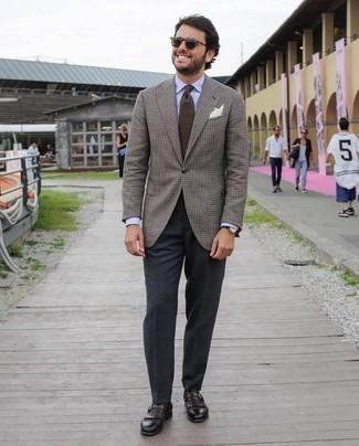 Trend da uomo 2020: Combina un blazer a quadri marrone con pantaloni eleganti grigio scuro per essere sofisticato e di classe. Mocassini eleganti in pelle con frange marrone scuro sono una eccellente scelta per completare il look.