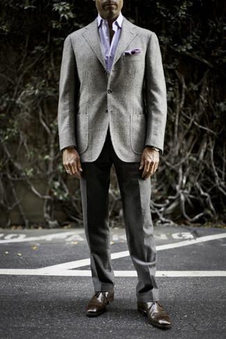 Trend da uomo 2020: Abbina un blazer di lana scozzese grigio con pantaloni eleganti grigio scuro per una silhouette classica e raffinata Per distinguerti dagli altri, indossa un paio di chukka in pelle marrone scuro.