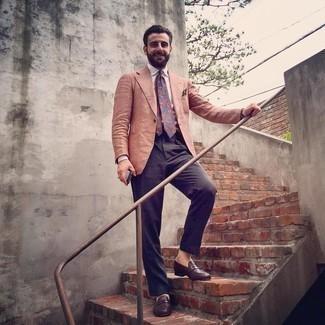 Trend da uomo 2020: Indossa un blazer arancione con pantaloni eleganti blu scuro come un vero gentiluomo. Mocassini eleganti in pelle marrone scuro sono una interessante scelta per completare il look.
