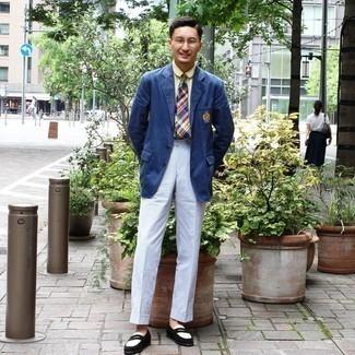 Trend da uomo 2020 in modo formale: Abbina un blazer blu con pantaloni eleganti di seersucker a righe verticali azzurri come un vero gentiluomo. Mocassini eleganti in pelle scamosciata neri sono una buona scelta per completare il look.