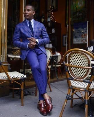 Trend da uomo 2020 quando fa caldo: Metti un blazer scozzese blu scuro e pantaloni eleganti blu scuro come un vero gentiluomo. Scarpe double monk in pelle bordeaux sono una valida scelta per completare il look.