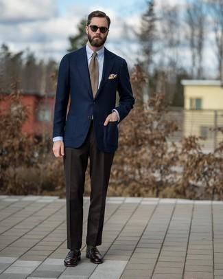 Come indossare e abbinare una cravatta scozzese marrone chiaro: Vestiti con un blazer di lana blu scuro e una cravatta scozzese marrone chiaro per una silhouette classica e raffinata Mocassini eleganti in pelle marrone scuro sono una gradevolissima scelta per completare il look.