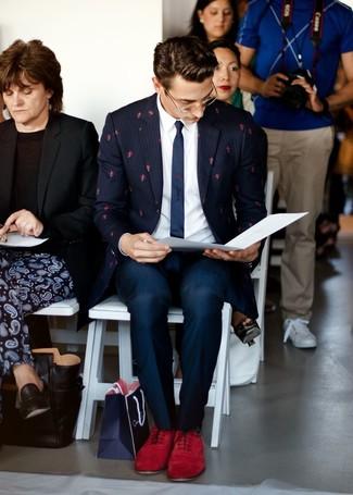 Come indossare e abbinare scarpe oxford in pelle scamosciata bordeaux: Indossa un blazer a righe verticali blu scuro e pantaloni eleganti blu scuro per essere sofisticato e di classe. Sfodera il gusto per le calzature di lusso e mettiti un paio di scarpe oxford in pelle scamosciata bordeaux.
