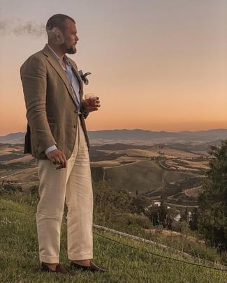 Trend da uomo 2021: Indossa un blazer verde oliva con pantaloni eleganti beige come un vero gentiluomo. Mocassini eleganti in pelle marrone scuro sono una gradevolissima scelta per completare il look.