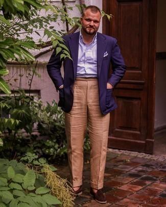 Trend da uomo 2021: Indossa un blazer blu scuro e pantaloni eleganti marrone chiaro per una silhouette classica e raffinata Questo outfit si abbina perfettamente a un paio di mocassini eleganti in pelle scamosciata marrone scuro.