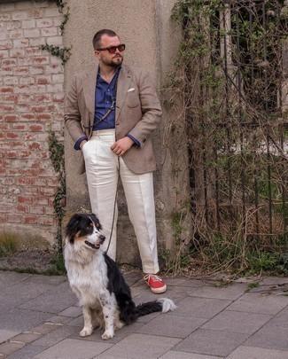 Trend da uomo 2021: Potresti abbinare un blazer scozzese marrone con pantaloni eleganti bianchi per un look elegante e alla moda. Se non vuoi essere troppo formale, mettiti un paio di sneakers basse di tela rosse.
