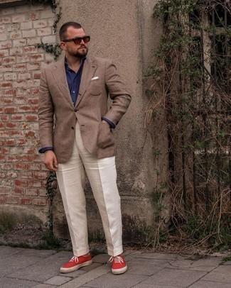 Trend da uomo 2021: Vestiti con un blazer scozzese marrone e pantaloni eleganti bianchi per un look elegante e alla moda. Prova con un paio di sneakers basse di tela rosse per avere un aspetto più rilassato.