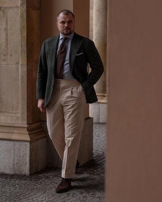 Trend da uomo 2021: Abbina un blazer di lana verde scuro con pantaloni eleganti marrone chiaro come un vero gentiluomo. Per distinguerti dagli altri, mettiti un paio di stivali casual in pelle scamosciata marrone scuro.