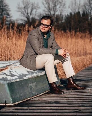 Come indossare e abbinare stivali casual in pelle marrone scuro: Scegli uno stile classico in un blazer con motivo pied de poule marrone scuro e pantaloni eleganti beige. Per distinguerti dagli altri, prova con un paio di stivali casual in pelle marrone scuro.
