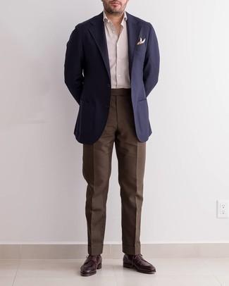Come indossare e abbinare un fazzoletto da taschino stampato multicolore: Coniuga un blazer blu scuro con un fazzoletto da taschino stampato multicolore per una sensazione di semplicità e spensieratezza. Mettiti un paio di scarpe derby in pelle bordeaux per dare un tocco classico al completo.