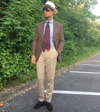 Come indossare e abbinare una cravatta stampata bordeaux: Prova a combinare un blazer marrone con una cravatta stampata bordeaux per un look elegante e di classe. Completa questo look con un paio di mocassini eleganti in pelle scamosciata marrone scuro.