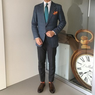 Come indossare e abbinare un fazzoletto da taschino stampato arancione: Scegli un outfit composto da un blazer scozzese blu scuro e un fazzoletto da taschino stampato arancione per un look perfetto per il weekend. Scegli uno stile classico per le calzature e opta per un paio di scarpe oxford in pelle marrone scuro.