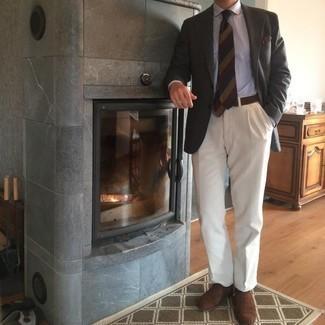Come indossare e abbinare scarpe oxford in pelle scamosciata marrone scuro: Abbina un blazer grigio scuro con pantaloni eleganti bianchi per un look elegante e di classe. Scarpe oxford in pelle scamosciata marrone scuro sono una buona scelta per completare il look.