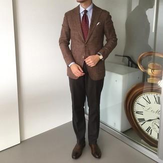 Come indossare e abbinare una cravatta stampata bordeaux: Mostra il tuo stile in un blazer marrone con una cravatta stampata bordeaux per un look elegante e alla moda. Questo outfit si abbina perfettamente a un paio di scarpe oxford in pelle marrone scuro.