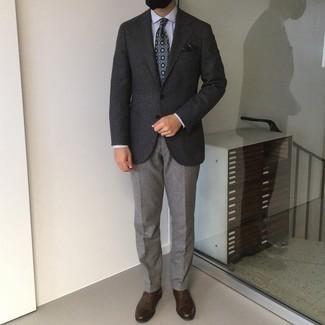 Come indossare e abbinare pantaloni eleganti grigi: Metti un blazer di lana grigio scuro e pantaloni eleganti grigi per essere sofisticato e di classe. Scarpe oxford in pelle marrone scuro sono una validissima scelta per completare il look.