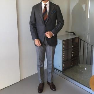 Trend da uomo 2021 in primavera 2022: Indossa un blazer di lana grigio scuro con pantaloni eleganti di lana grigi per un look elegante e di classe. Questo outfit si abbina perfettamente a un paio di scarpe oxford in pelle marrone scuro. È magnifica scelta per un outfit primaverile!