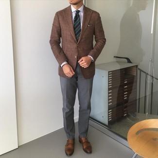 Trend da uomo 2021: Opta per un blazer marrone e pantaloni eleganti grigio scuro per un look elegante e alla moda. Un paio di scarpe double monk in pelle marroni si abbina alla perfezione a una grande varietà di outfit.