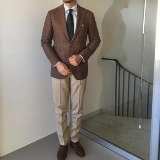 Trend da uomo 2021: Prova ad abbinare un blazer marrone con pantaloni eleganti beige per un look elegante e alla moda. Scarpe oxford in pelle scamosciata marrone scuro sono una valida scelta per completare il look.