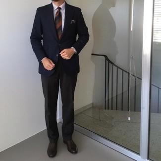 Trend da uomo 2021: Punta su un blazer con motivo pied de poule blu scuro e pantaloni eleganti neri per essere sofisticato e di classe. Sfodera il gusto per le calzature di lusso e calza un paio di scarpe oxford in pelle marrone scuro.