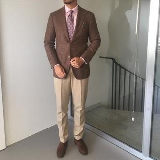 Trend da uomo 2021: Coniuga un blazer marrone con pantaloni eleganti marrone chiaro per un look elegante e alla moda. Scarpe oxford in pelle scamosciata marrone scuro sono una buona scelta per completare il look.