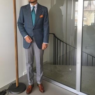 Come indossare e abbinare pantaloni eleganti grigi: Prova a combinare un blazer scozzese blu scuro con pantaloni eleganti grigi per essere sofisticato e di classe. Mocassini con nappine in pelle marroni sono una valida scelta per completare il look.