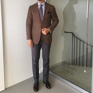Come indossare e abbinare un blazer marrone: Scegli un outfit composto da un blazer marrone e pantaloni eleganti grigio scuro per un look elegante e di classe. Mocassini eleganti in pelle neri sono una gradevolissima scelta per completare il look.