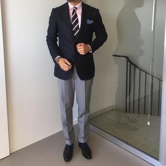Come indossare e abbinare pantaloni eleganti grigi: Indossa un blazer blu scuro e pantaloni eleganti grigi per essere sofisticato e di classe. Scarpe oxford in pelle nere sono una gradevolissima scelta per completare il look.