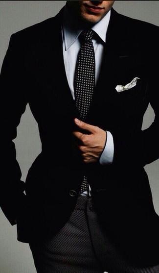 Come indossare e abbinare una camicia elegante in chambray grigia: L'abbinamento di una camicia elegante in chambray grigia e pantaloni eleganti di lana grigio scuro ti donerà un aspetto forte e sicuro.
