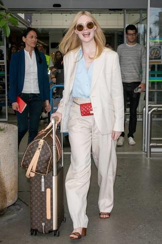 Trend da donna 2020: Mostra il tuo stile in un blazer di lino beige con pantaloni larghi di lino beige per essere sofisticata e di classe. Sandali con tacco in pelle a righe orizzontali multicolori sono una buona scelta per completare il look.