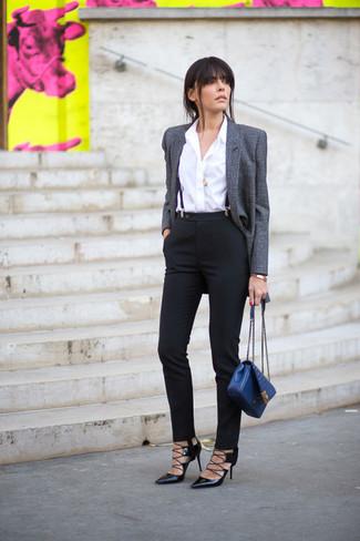 Come indossare: blazer di lana grigio, camicia elegante bianca, pantaloni skinny neri, décolleté in pelle neri
