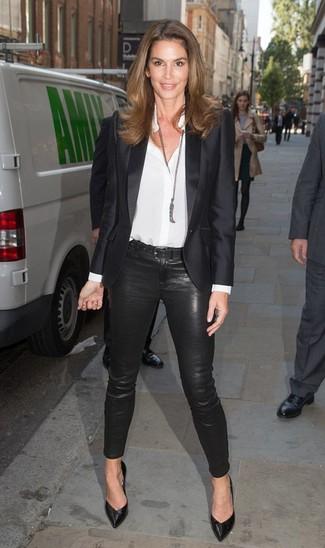 Come indossare: blazer di raso nero, camicia elegante di seta bianca, pantaloni skinny neri, décolleté in pelle neri