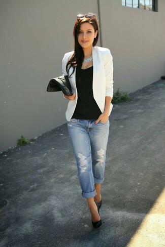 Un blazer bianco e boyfriend jeans strappati azzurri sono perfetti per fare commissioni o per uscire la sera. Décolleté in pelle neri doneranno eleganza a un look altrimenti semplice.