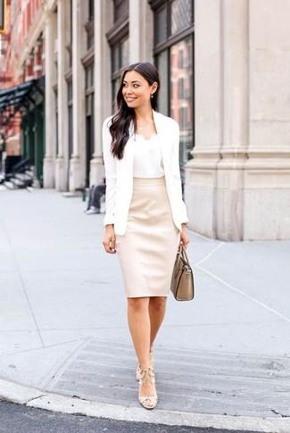 Come indossare e abbinare una cartella in pelle marrone chiaro: Metti un blazer bianco e una cartella in pelle marrone chiaro per un pigro brunch domenicale. Completa questo look con un paio di sandali con tacco in pelle beige.