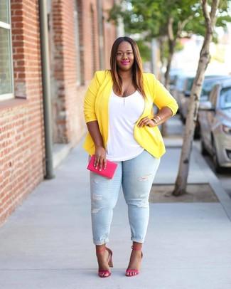 Come indossare e abbinare: blazer giallo, canotta bianca, jeans aderenti strappati azzurri, sandali con tacco in pelle fucsia