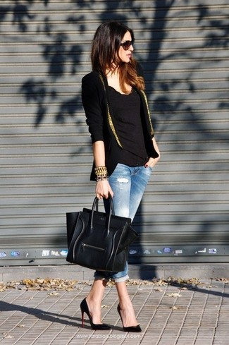 Un blazer nero e dorato e jeans aderenti strappati azzurri metteranno in luce il tuo gusto per gli abiti di sartoria. Scegli uno stile classico per le calzature e opta per un paio di décolleté in pelle neri.