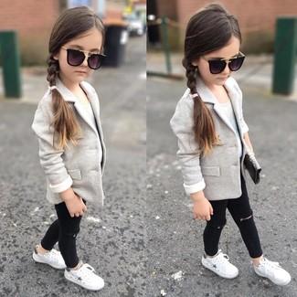 Come indossare: blazer grigio, canotta bianca, jeans neri, sneakers bianche
