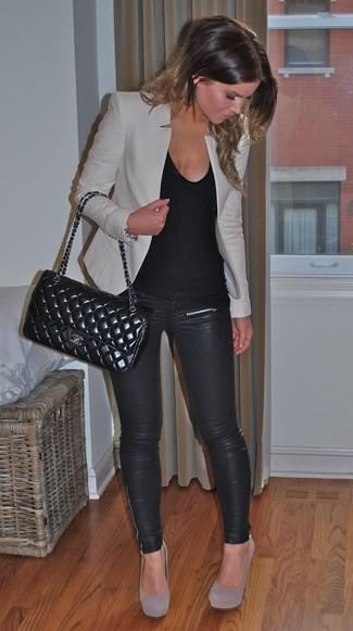 Un blazer grigio e leggings in pelle neri sono un fantastico outfit da sfoggiare per il tuo guardaroba. Completa il tuo abbigliamento con décolleté in pelle scamosciata grigi.