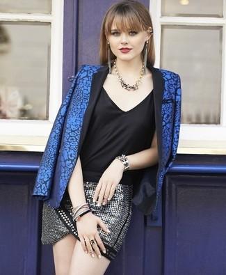 Come indossare: blazer a fiori blu, canotta di seta nera, minigonna con paillettes argento, collana dorata