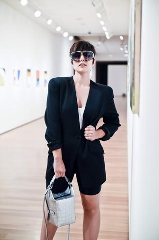 Come indossare: blazer nero, canotta bianca, pantaloncini ciclisti neri, borsa a mano in pelle argento