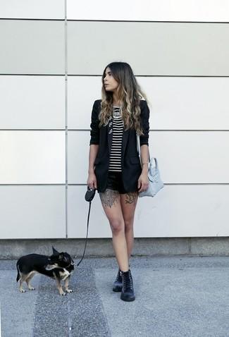 Come indossare: blazer nero, canotta a righe orizzontali nera e bianca, pantaloncini in pelle neri, stivali piatti stringati in pelle neri