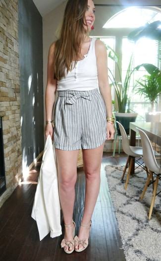 Come indossare e abbinare: blazer bianco, canotta bianca, pantaloncini a righe verticali grigi, sandali con zeppa in pelle beige