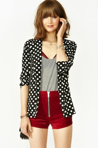 Come indossare e abbinare un blazer a pois nero e bianco: Scegli un blazer a pois nero e bianco e pantaloncini di velluto bordeaux e sarai un vero sballo.