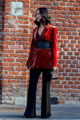 Come indossare e abbinare: blazer di velluto rosso, canotta nera, pantaloni a campana neri, stivaletti in pelle neri
