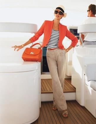 Come indossare: blazer arancione, canotta a righe orizzontali bianca e blu scuro, pantaloni larghi di lino beige, sandali con zeppa in pelle beige