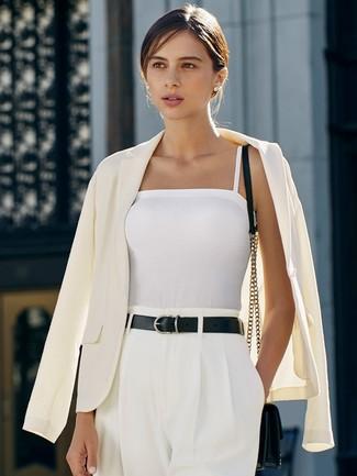 Come indossare: blazer bianco, canotta bianca, pantaloni larghi bianchi, borsa a tracolla in pelle nera