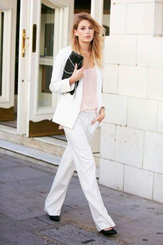 Come indossare: blazer bianco, canotta beige, pantaloni larghi bianchi, décolleté in pelle neri