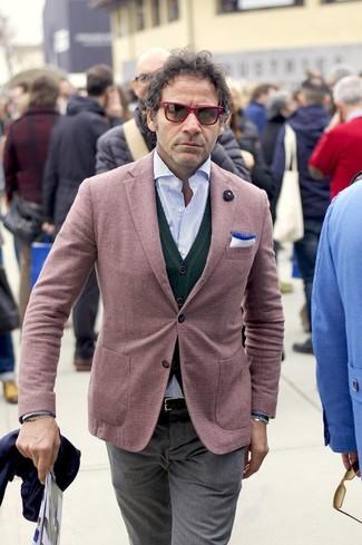 Come indossare e abbinare: blazer bordeaux, cardigan verde scuro, camicia a maniche lunghe a righe verticali azzurra, pantaloni eleganti grigi