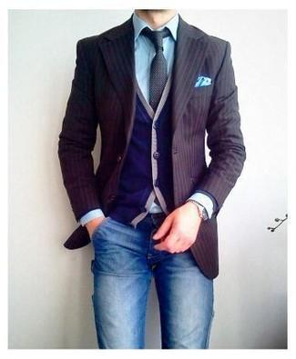 Come indossare e abbinare un blazer a righe verticali marrone: Prova ad abbinare un blazer a righe verticali marrone con jeans blu per un look semplice, da indossare ogni giorno.